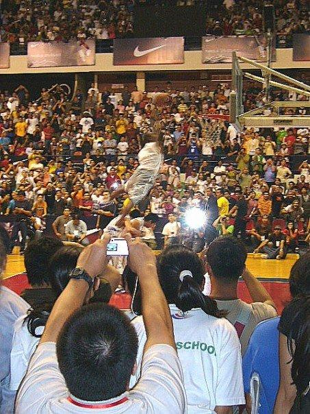 Kobe Bryant leaping over two Filipino players for a dunk during a Nike basketball clinic in Manila in 2007. (PHOTO: Chia Han Keong/Yahoo News Singapore)