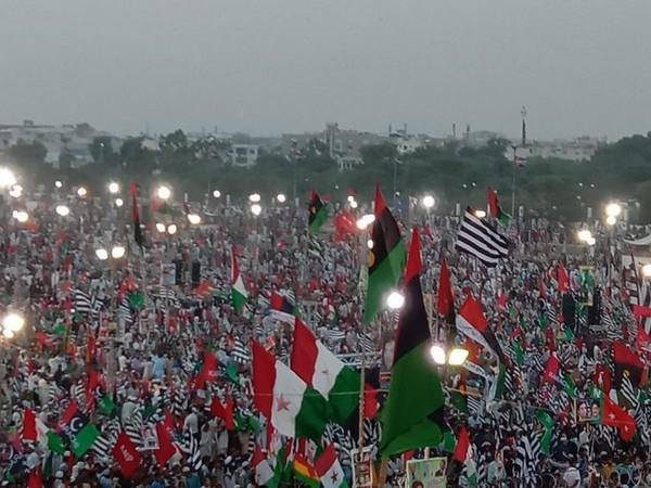 A sea of people assembled at the Bagh-e-Jinnah ground for the anti-government rally. People were seen raising slogans and waving flags of several opposition parties