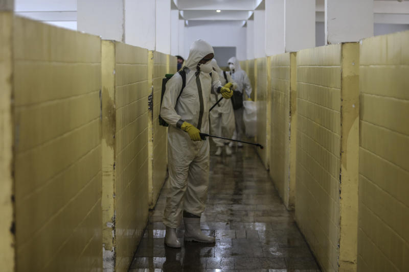 SAO GONÇALO, BRAZIL - MAY 13: Members of the military perform a cleaning work in Health Clinic Nossa Senhora das Vitórias, in Ze Garoto neighborhood during the coronavirus (COVID-19) pandemic on May 13, 2020 in Sao Goncalo, Brazil. According to the Brazilian Health Ministry, Brazil has over 175,000 positive cases of coronavirus (COVID-19) and more than 12.500 deaths. (Photo by Luis Alvarenga/Getty Images)