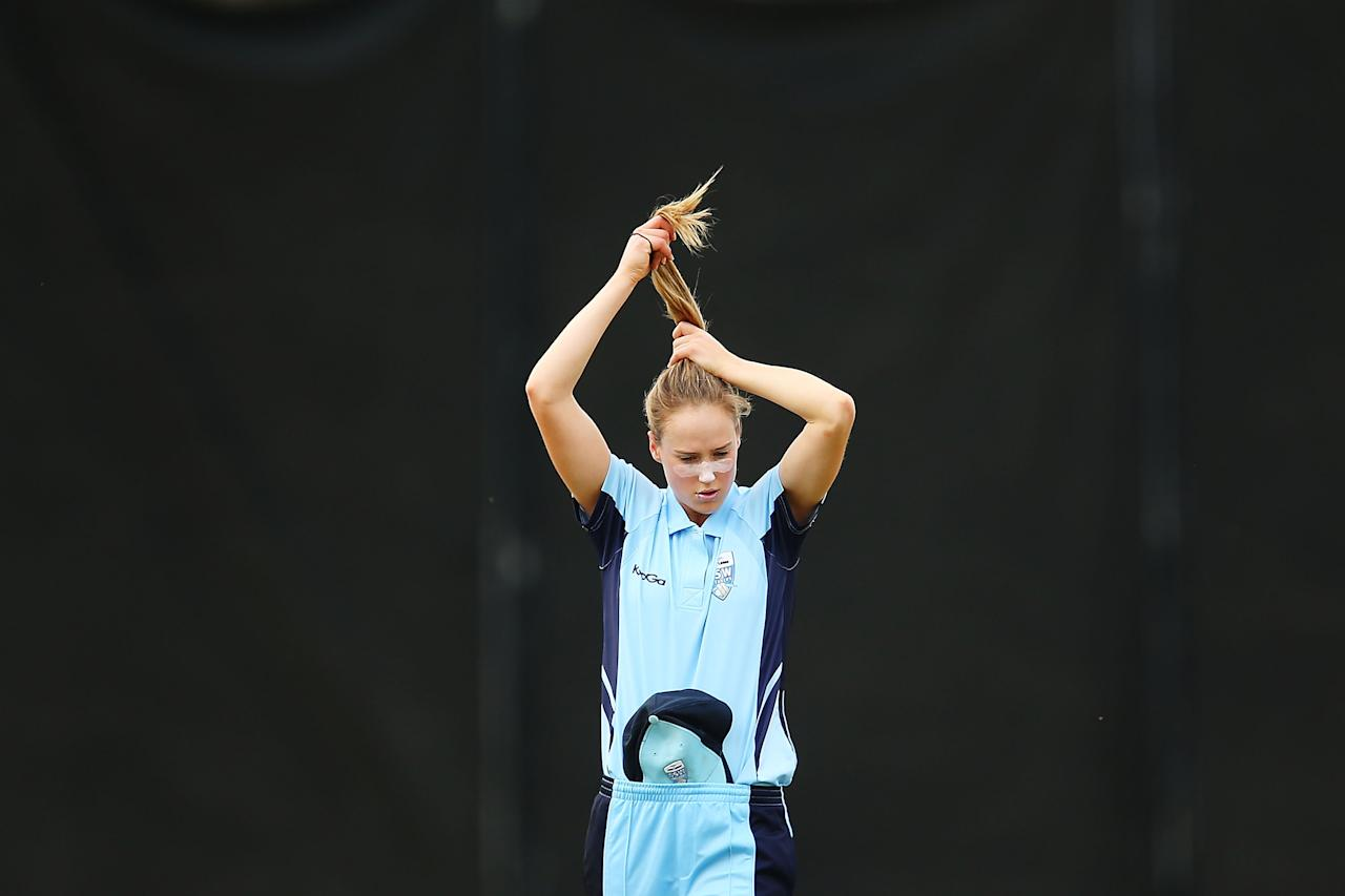 SYDNEY, AUSTRALIA - NOVEMBER 08: Ellyse Perry of NSW prepares to bowl during the WT20 match between New South Wales and Victoria at Blacktown International Sportspark on November 8, 2013 in Sydney, Australia.  (Photo by Brendon Thorne/Getty Images)