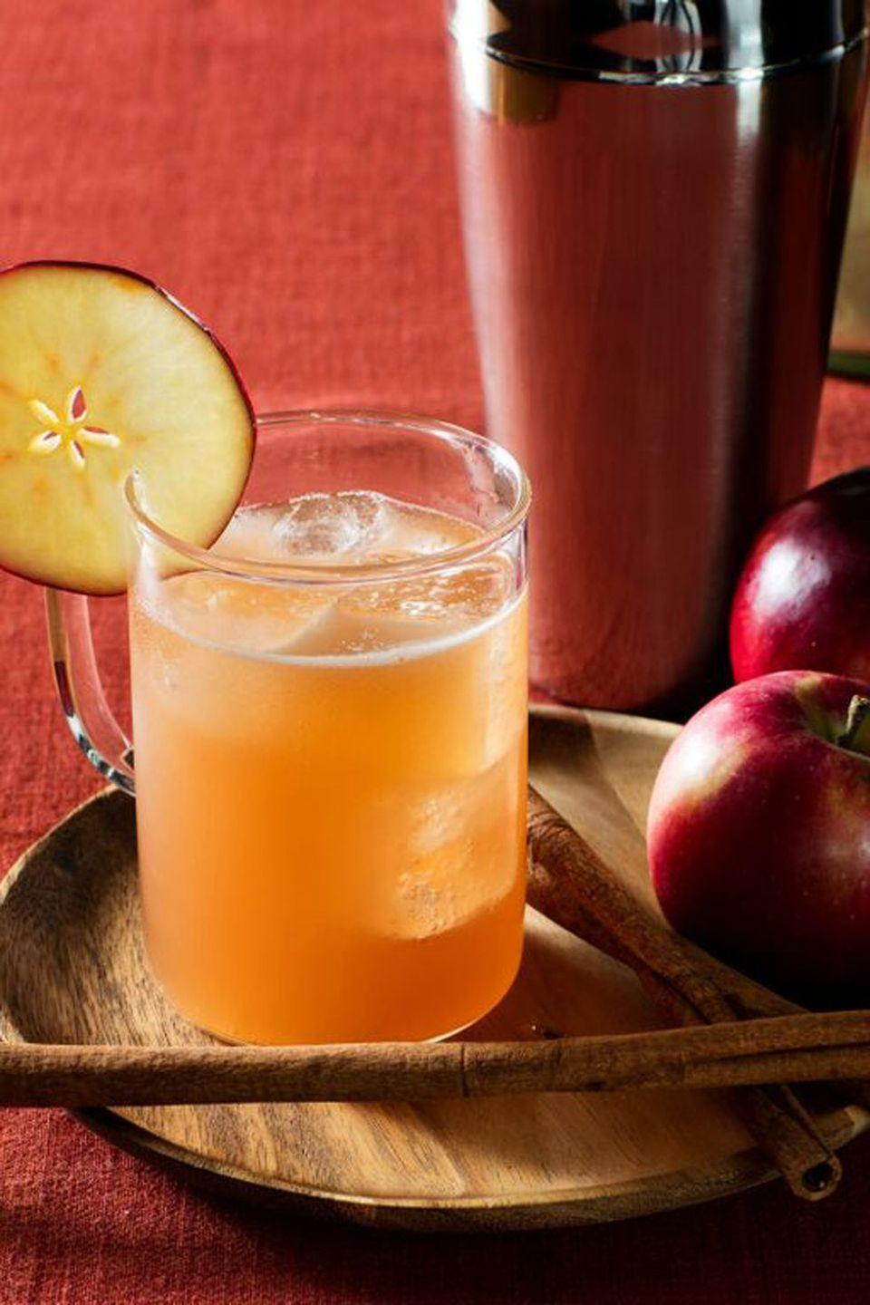 <p><strong>Ingredients</strong></p><p>1.5 oz Absolut vodka<br>.5 oz caramel syrup<br>1 oz apple cider</p><p><strong>Instructions</strong></p><p>Shake all ingredients with ice. Strain into a wooden mug over ice, top with ginger beer. Garnish with apple fan.</p>