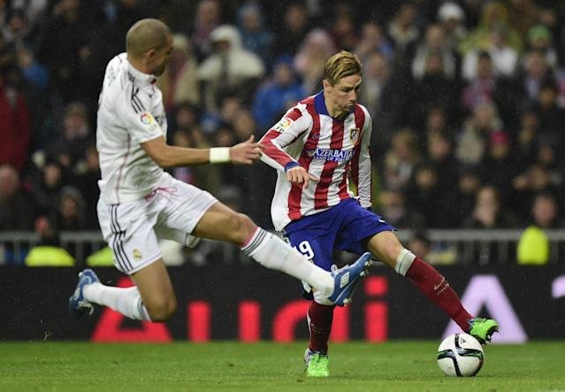 Real Madrid's Portuguese defender Pepe (L) vies with Atletico Madrid's forward Fernando Torres during their Spanish Copa del Rey round of 16 second leg football match in Madrid on January 15, 2015 (AFP Photo/Javier Soriano)