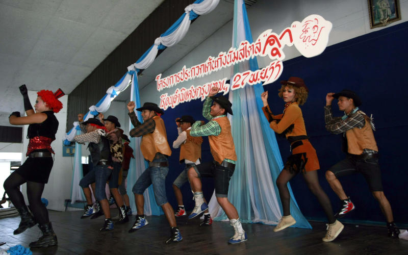 """Thai inmates perform PSY's """"Gangnam Style"""" dance during a dancing competition at a prison in Bangkok, Thailand Tuesday, Nov. 27, 2012. The event was held to encourage inmates to exercise more and coincides with the South Korean rapper's concert which is to be held in Bangkok on Wednesday, Nov. 28, 2012. (AP Photo/Apichart Weerawong)"""