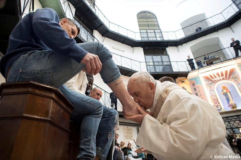 Pope Francis kisses the foot of an inmate at the Regina Coeli prison during the Holy Thursday celebration in Rome, Italy, March 29, 2018. Osservatore Romano/Handout via REUTERS    ATTENTION EDITORS - THIS IMAGE WAS PROVIDED BY A THIRD PARTY     TPX IMAGES OF THE DAY