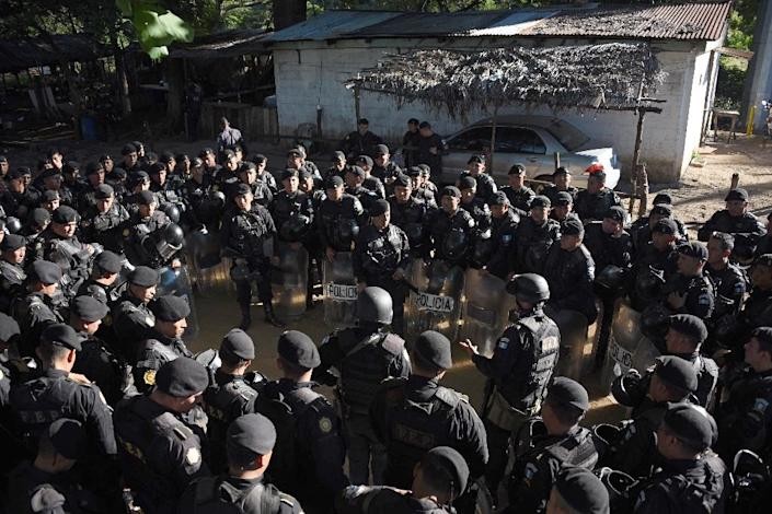 Guatemalan anti-riot policem receive orders in front of Canada maximum security prison in Escuintla department, 75 km south of Guatemala City on November 30, 2015 (AFP Photo/Johan Ordonez)