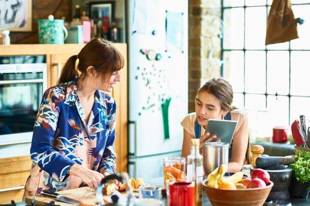 Think about replacing snacks with easy-to-reach bowls of fruit on your countertop, to make healthy swaps easier. (Photo: 10'000 Hours via Getty Images)