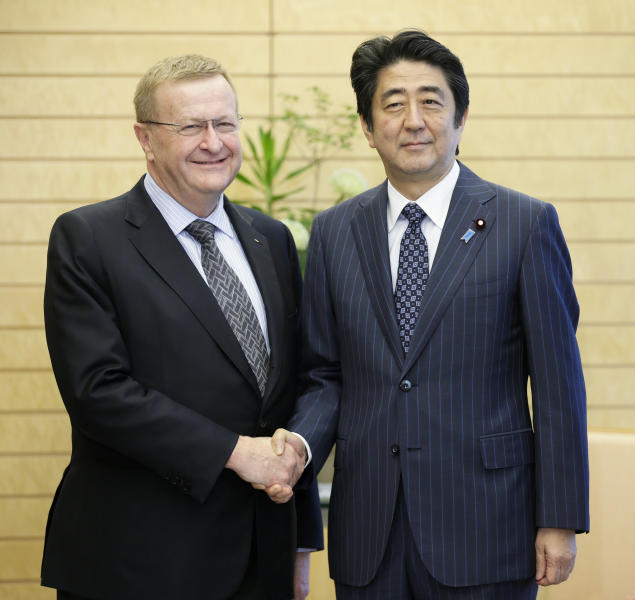 International Olympic Committee (IOC) vice president John Coates (left) shakes hands with Japanese Prime Minister Shinzo Abe at the start of talks in Tokyo, on June 26, 2014 (AFP Photo/Kimimasa Mayama)