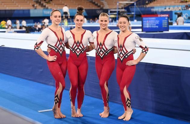 Sarah Voss (l-r), Pauline Schäfer, Elisabeth Seitz and Kim Bui from Germany stand together after the competition. (Photo: picture alliance via Getty Images)