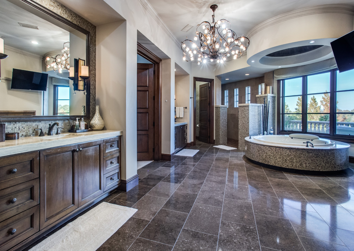 """<div class=""""caption""""> The master bathroom with circular Jacuzzi. </div> <cite class=""""credit"""">Photo: Couresty of Shoot2Sell photography</cite>"""