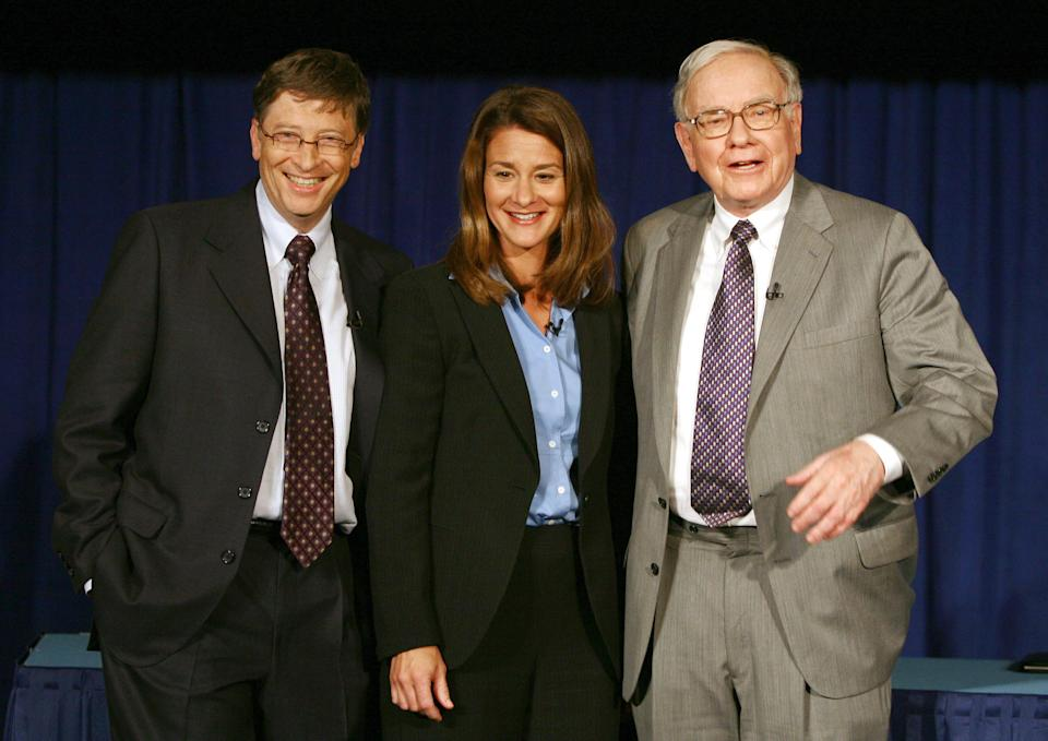 Chairman of Berkshire Hathaway Inc. Warren Buffett poses with Bill and Melinda Gates after a news conference in New York on June 26, 2006. Buffett on Monday signed over much of his $44 billion fortune to the Bill and Melinda Gates Foundation, uniting the world's two richest people in a bid to fight disease, reduce poverty and improve education. REUTERS/Shannon Stapleton