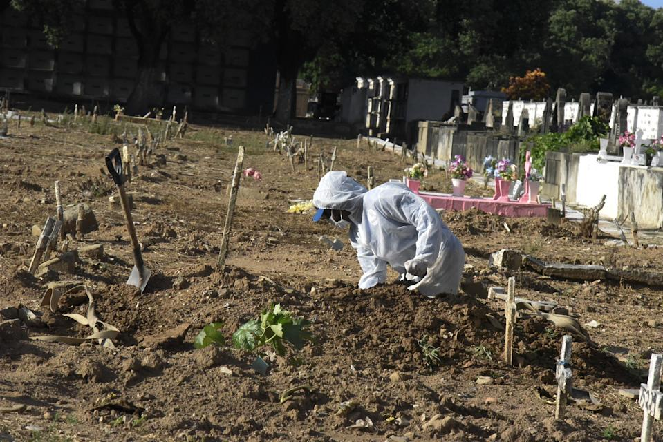 RIO DE JANEIRO, BRAZIL â APRIL 01: Burials of Covid19 victims in Cemiterio do Caju, North Zone of the city, on April 01, 2021. Brazil registers 3,769 deaths this Thursday, Covid-19: Brazil registers 3,769 deaths in 24 hours. (Photo by Fabio Teixeira/Anadolu Agency via Getty Images)