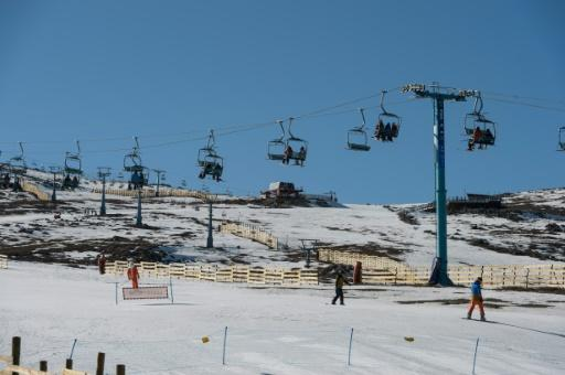 Santiago's skiing centers are using artificial snow to save a difficult tourist season due to low snowfall in the driest winter in Chile in six decades