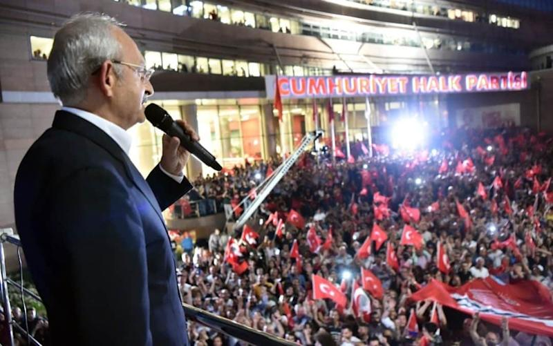 Chairman of the Republican People's Party (CHP) Kemal Kilicdaroglu addresses the crowd in front of CHP headquarters - Anadolu