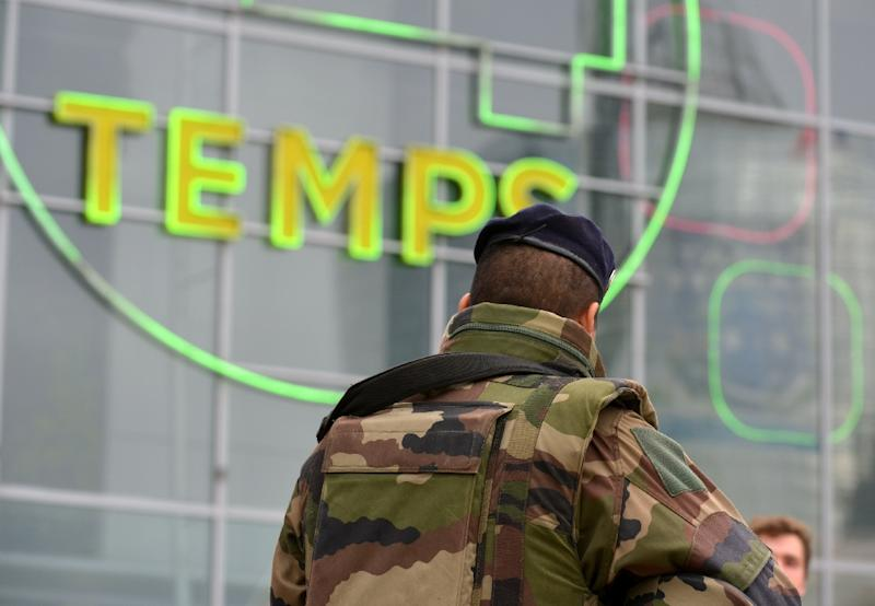 A French soldier patrols in the La Defense business district near Paris on November 25, 2015, as France's military sees a spike in interest from potential recruits in the wake of the November 13 jihadist attacks on Paris (AFP Photo/Eric Piermont)