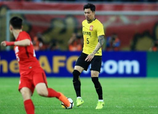 Zhang Linpeng, Guangzhou Evergrande's number five, wore a '15' shirt with yellow tape over the '1'
