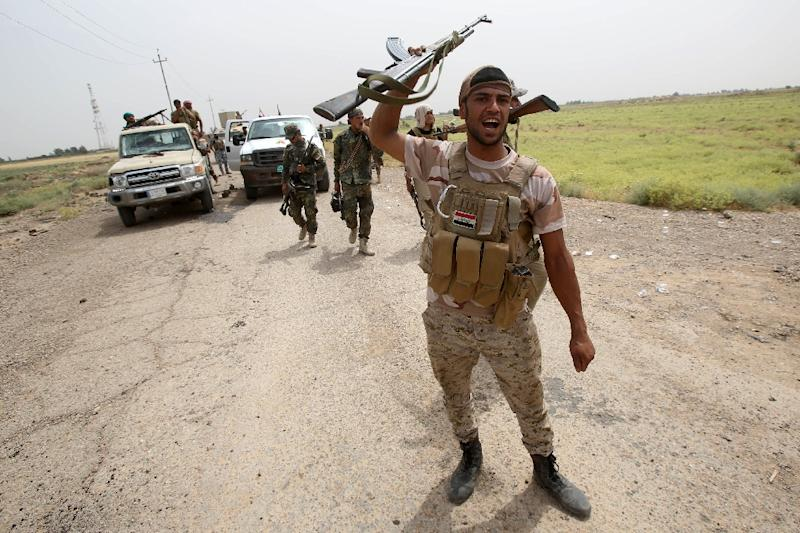 Iraqi pro-government militiamen hold a position on a road after the liberation from Islamic State (IS) militants of the village of Sayed Ghareeb, near Dujail, some 70 kilometres north of Baghdad on June 2, 2015 (AFP Photo/Mohammed Sawaf)