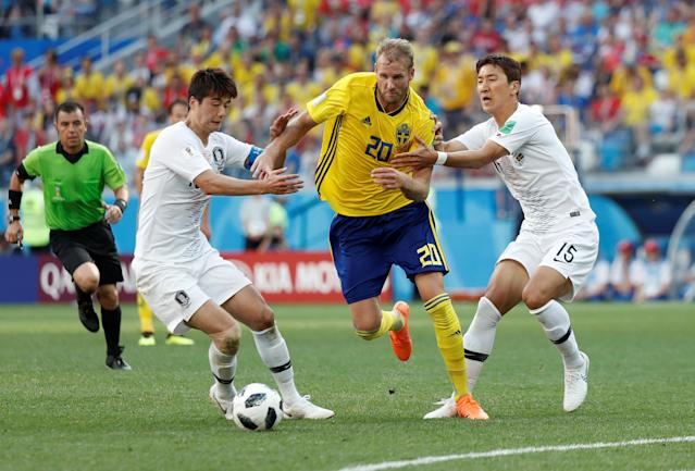 Soccer Football - World Cup - Group F - Sweden vs South Korea - Nizhny Novgorod Stadium, Nizhny Novgorod, Russia - June 18, 2018 South Korea's Ki Sung-yueng and Jung Woo-young in action with Sweden's Ola Toivonen REUTERS/Murad Sezer