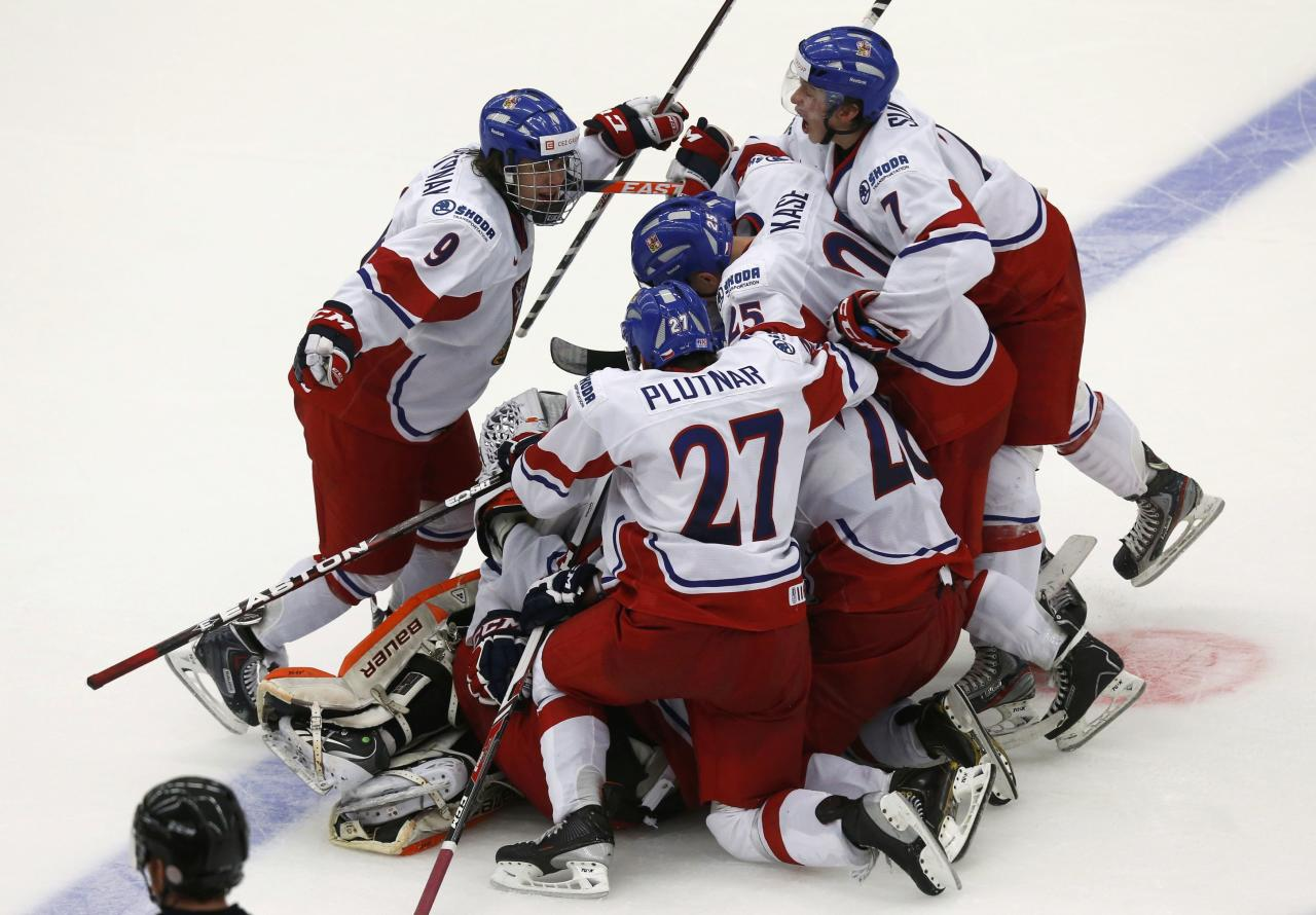 Members of the Czech Republic's team celebrate after defeating Canada in a shootout of their IIHF World Junior Championship ice hockey game in Malmo, Sweden, December 28, 2013. REUTERS/Alexander Demianchuk (SWEDEN - Tags: SPORT ICE HOCKEY)
