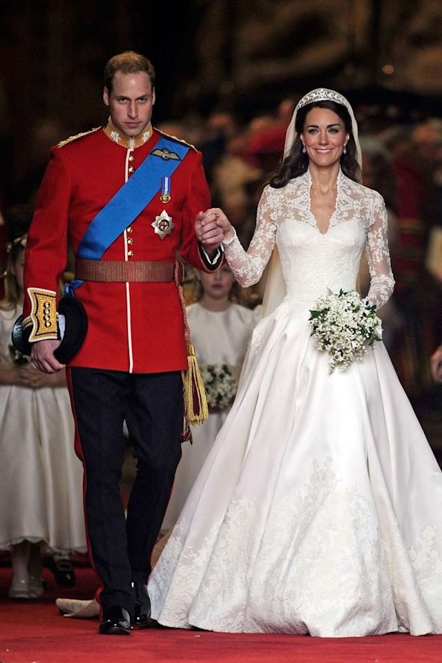 <p>Pour son grand jour avec le Prince William, le 29 avril 2011, Catherine Middleton voit les choses en grand : sa robe Alexander McQueen (signée par Sarah Burton) est une merveille. Traîne (2m50), tulle, dentelle… tout est magnifique. La robe fut un secret bien gardé jusqu'au jour J. Crédit : Getty </p>