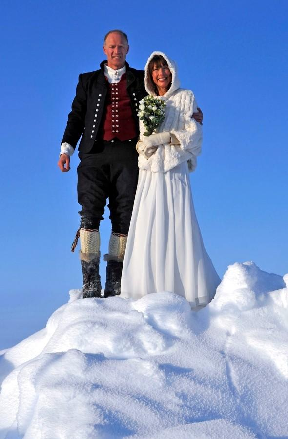 'I d-d-d-do': Couple become first to marry at the North Pole