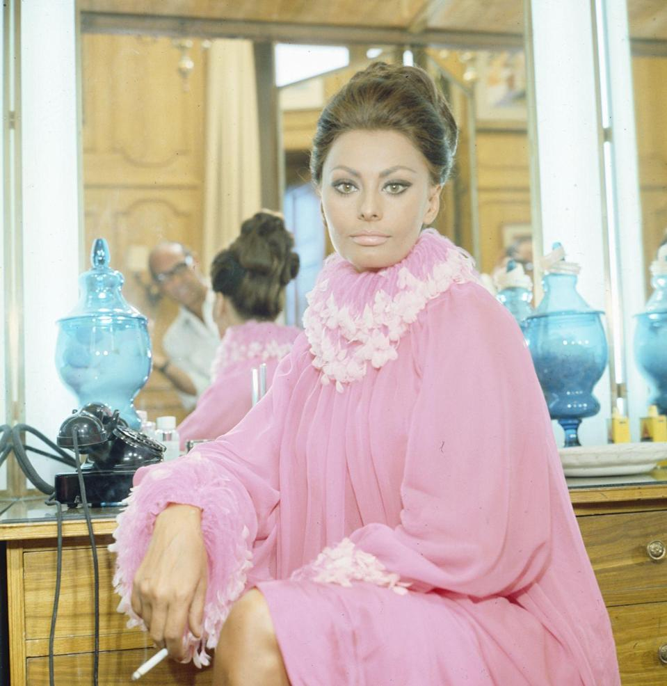<p>Big collars and big pink energy for the incomparable Sophia Loren.<br></p>