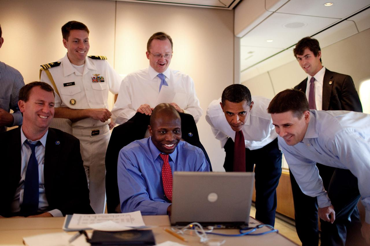 IN FLIGHT - JUNE 5:  In this photo provided by The White House, President Barack Obama and White House staffers including White House Press Secretary Robert Gibbs (top C), personal aid Reggie Love (bottom C) look at a computer aboard Air Force One June 5, 2009 enroute to Paris.  (Photo by Pete Souza/The White House via Getty Images)
