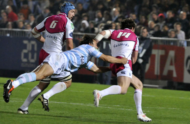 Racing Metro's scrum-half Juan Martin Hernandez (C) tries tackle Cardiff Blues' Alex Cuthberton (R) on November 11, 2011 at Yves-du-Manoir olympic stadium in Colombes, near Paris, during their rugby union Heineken Cup match Racing Metro vs Cardiff Blues. AFP PHOTO MEHDI FEDOUACH (Photo credit should read MEHDI FEDOUACH/AFP/Getty Images)