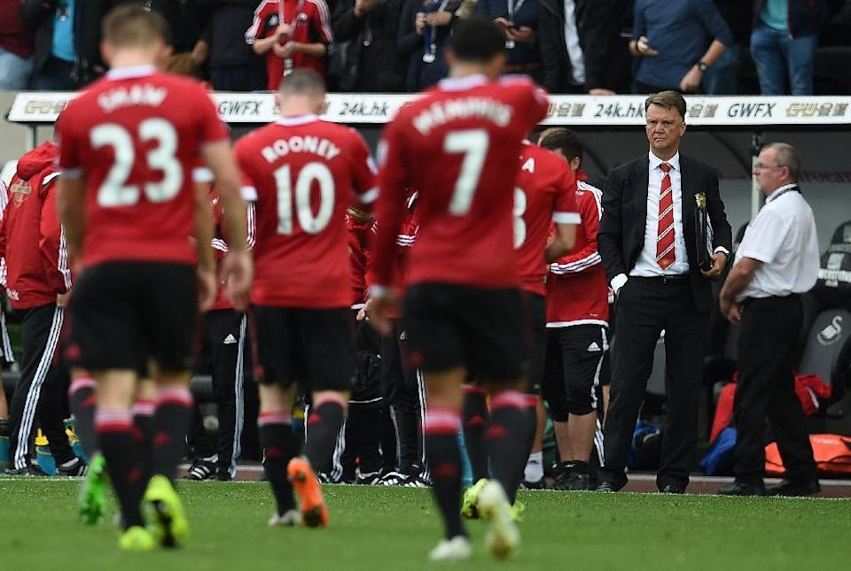 Manchester United's manager Louis van Gaal (R) watches as his players leave the pitch following their English Premier League match against Swansea City, at the Liberty Stadium in Swansea, south Wales, on August 30, 2015 (AFP Photo/Paul Ellis)
