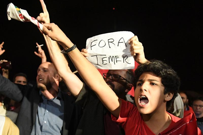Demonstrators protest against Brazilian President Michel Temer outside the Planalto Palace in Brasilia on May 17, 2017 (AFP Photo/EVARISTO SA)