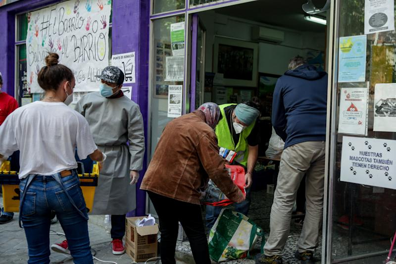 Voluntarios reparten comida en el barrio de Aluche, en Madrid, el 16 de mayo. (Photo: Ricardo Rubio / Europa Press via Getty Images)