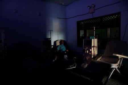 William Lopez, 45, a patient with kidney disease, waits for the electricity to return, at a dialysis centre, during a blackout in Maracaibo, Venezuela, April 11, 2019. REUTERS/Ueslei Marcelino