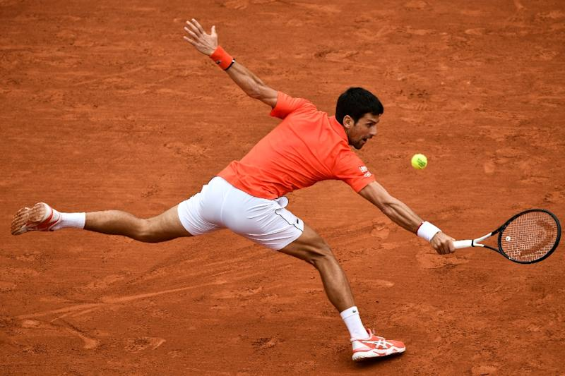 Djokovic eases into quarter-final