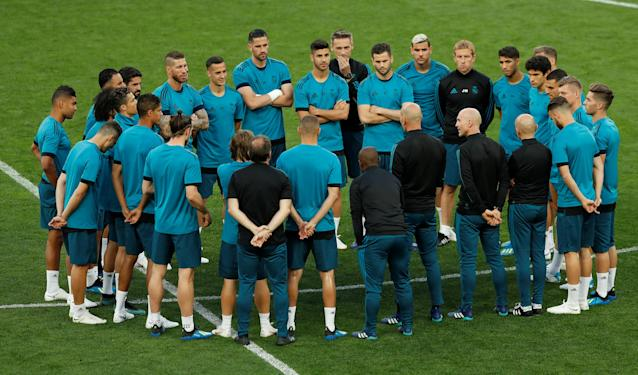 Soccer Football - Champions League Final - Real Madrid Training - NSC Olympic Stadium, Kiev, Ukraine - May 25, 2018 Real Madrid coach Zinedine Zidane speaks with his players during training REUTERS/Andrew Boyers