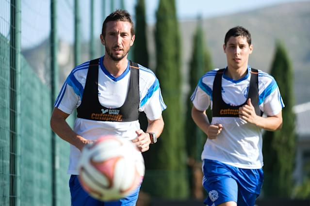 Marseille's French midfielder Morgan Amalfitano (L) runs during a training session on August 12, 2014 in Marseille (AFP Photo/Bertrand Langlois)