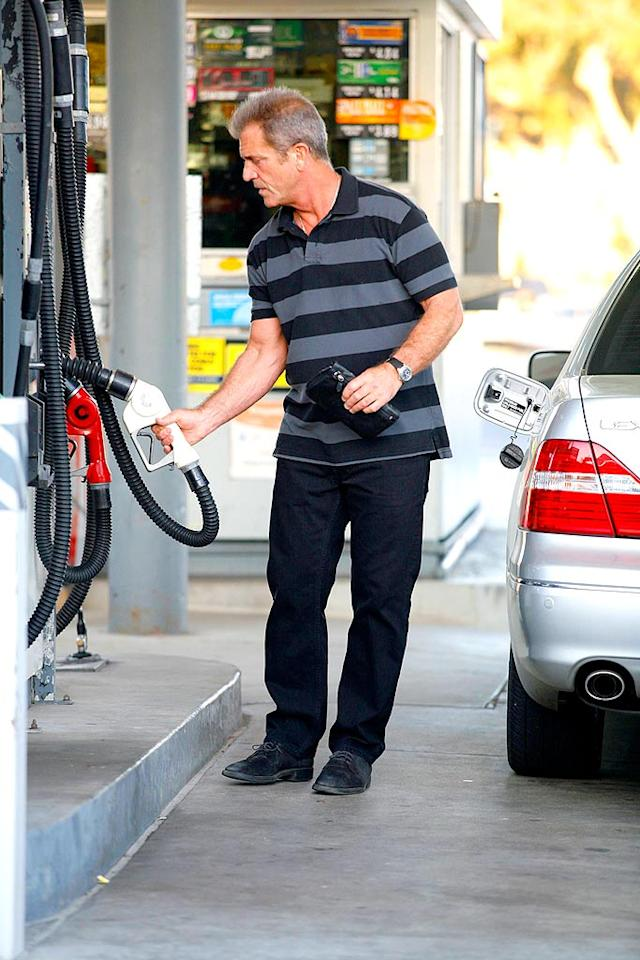 "At least the ""Braveheart"" star isn't above pumping his own gas. Sasha/<a href=""http://www.x17online.com"" target=""new"">X17 Online</a> - April 14, 2008"