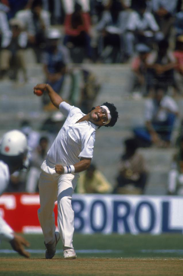 Indian cricketer Narendra Hirwani bowling during the first Test against New Zealand at M.Chinnaswamy Stadium, Bangalore, India, 12th-17th November 1988. India won the match by 172 runs. (Photo by Simon Bruty/Getty Images)
