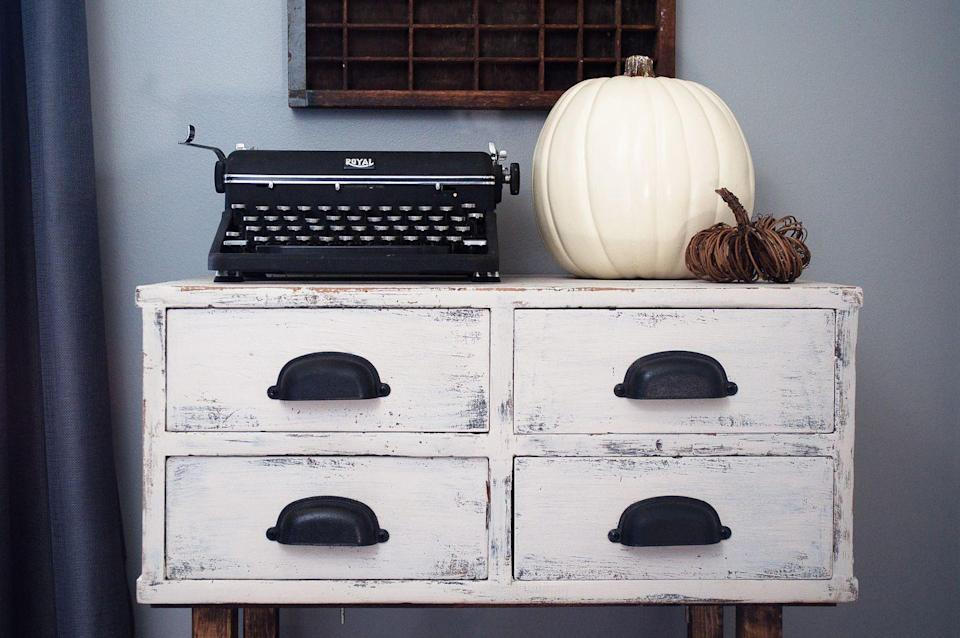 """<p>Fall decor takes on a retro edge in this <a href=""""https://www.elledecor.com/life-culture/travel/a10023693/monochromatic-design-hotel/"""" rel=""""nofollow noopener"""" target=""""_blank"""" data-ylk=""""slk:monochromatic space"""" class=""""link rapid-noclick-resp"""">monochromatic space</a> from <a href=""""http://www.littleglassjar.com/2015/09/23/farmhouse-fall-tour-of-homes/"""" rel=""""nofollow noopener"""" target=""""_blank"""" data-ylk=""""slk:Little Glass Jar"""" class=""""link rapid-noclick-resp"""">Little Glass Jar</a>. Pair a plain white pumpkin with your own vintage items for a storied yet freshly seasonal look. </p>"""
