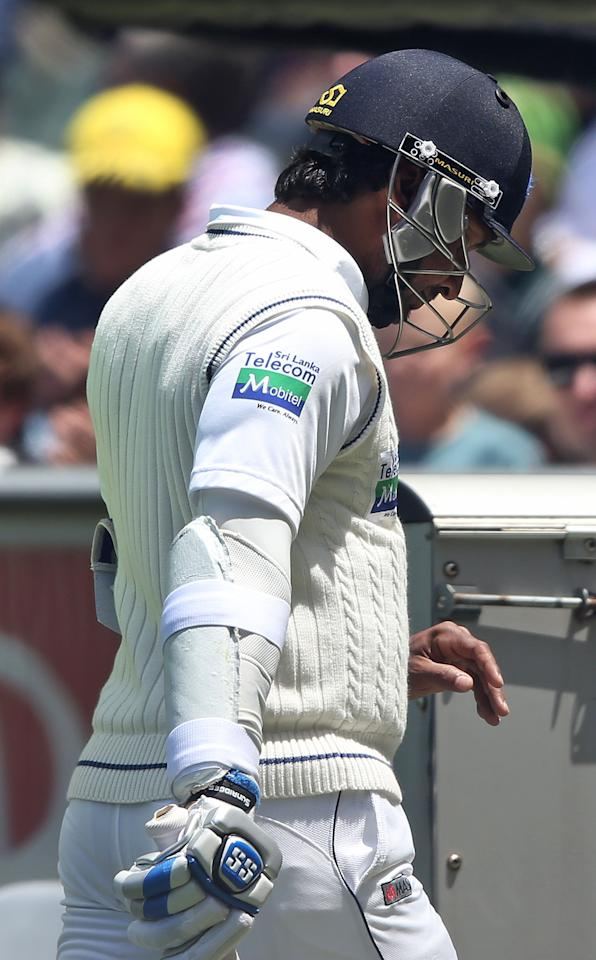MELBOURNE, AUSTRALIA - DECEMBER 28:  Kumar Sangakkara of Sri Lanka walks off with an injured finger during day three of the Second Test match between Australia and Sri Lanka at Melbourne Cricket Ground on December 28, 2012 in Melbourne, Australia.  (Photo by Michael Dodge/Getty Images)