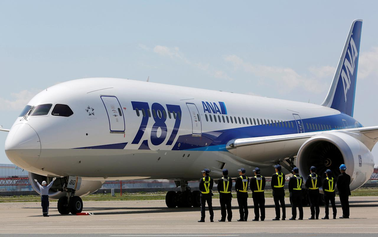 Employees of All Nippon Airways (ANA) queue in front of the company's Boeing 787 Dreamliner plane after its test flight at Haneda airport in Tokyo April 28, 2013. REUTERS/Yuya Shino/File Photo    TPX IMAGES OF THE DAY