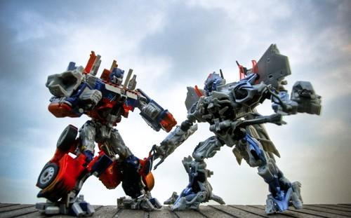 Image of two Transformers battling