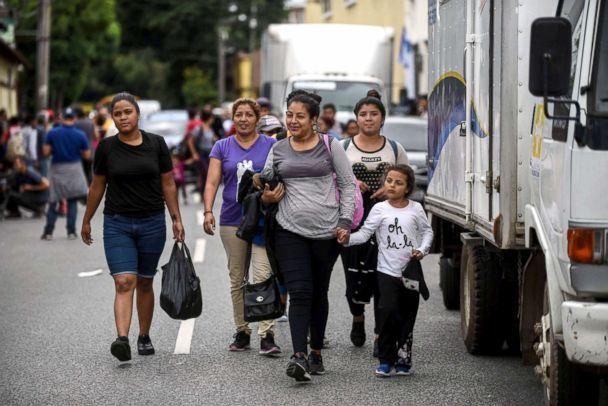 Thousands of migrants reach Mexico border
