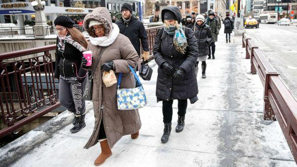 PHOTO: Commuters brave cold temperatures as severe weather hits Chicago, Nov. 13, 2019. (Kamil Krzaczynski/Reuters)