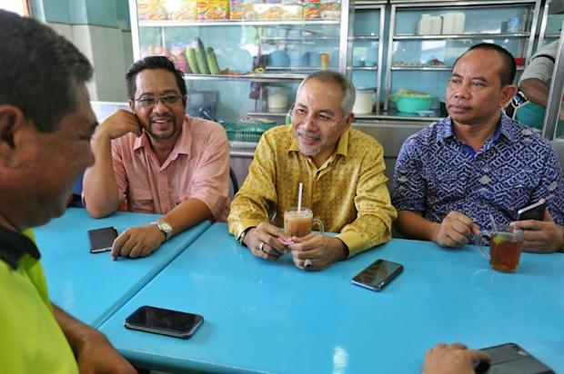 Former Selangor mentri besar Dr Mohamad Khir Toyo (centre) chats while having a drink at a restaurant in Klang May 27, 2016. — Picture by Saw Siow Feng