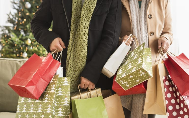 USA, New Jersey, Jersey City, Couple with Christmas shopping