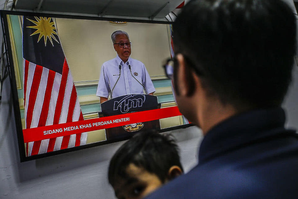 A family watches the live telecast of Prime Minister Datuk Seri Ismail Sabri October 10, 2021. ― Picture by Hari Anggara