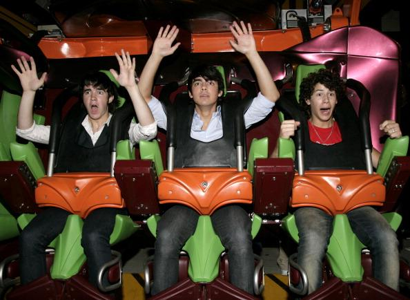 <p>Photo ops atMagic Mountain is basically a rite of passage for any kid stars in the mid-2000s.</p>