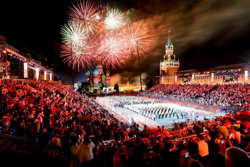 <p>MOSCOW, RUSSIA – SEPTEMBER 02: Fireworks illuminate the sky during the closing of 2018 Spasskaya Tower International Military Music Festival at the Red Square in Moscow, Russia on September 02, 2018. (Photo by Sefa Karacan/Anadolu Agency/Getty Images) </p>