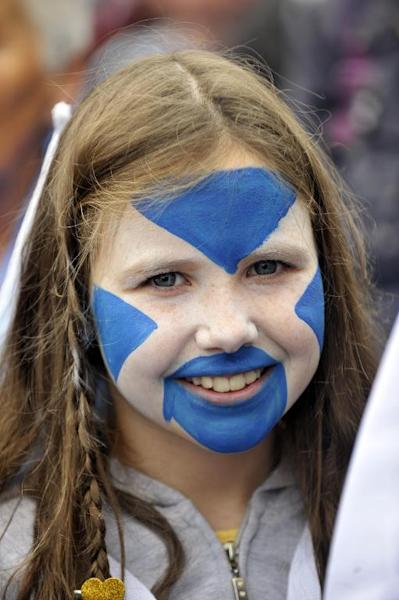A picture dated September 21, 2013 shows a child with her face painted with the Scottish flag looks on as pro-independence supporters gather for a rally in Edinburgh (AFP Photo/Andy Buchanan)
