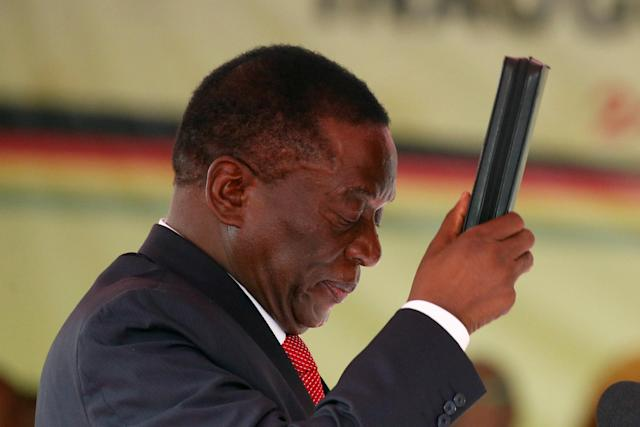 <p>Emmerson Mnangagwa swears in as Zimbabwe's president in Harare, Zimbabwe, Nov. 24, 2017. (Photo: Siphiwe Sibeko/Reuters) </p>