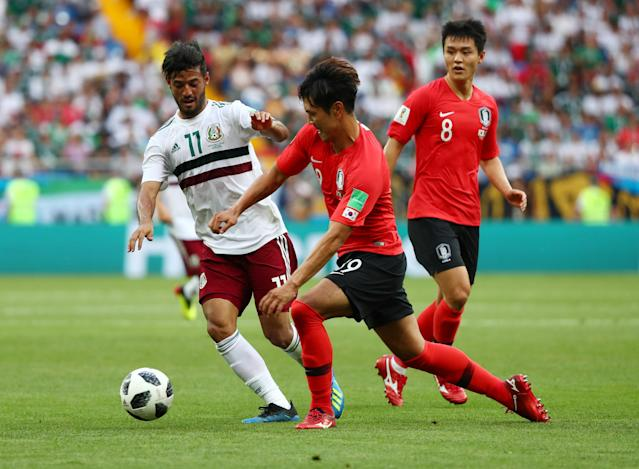 Soccer Football - World Cup - Group F - South Korea vs Mexico - Rostov Arena, Rostov-on-Don, Russia - June 23, 2018 Mexico's Carlos Vela in action with South Korea's Ju Se-jong and Kim Young-gwon REUTERS/Marko Djurica
